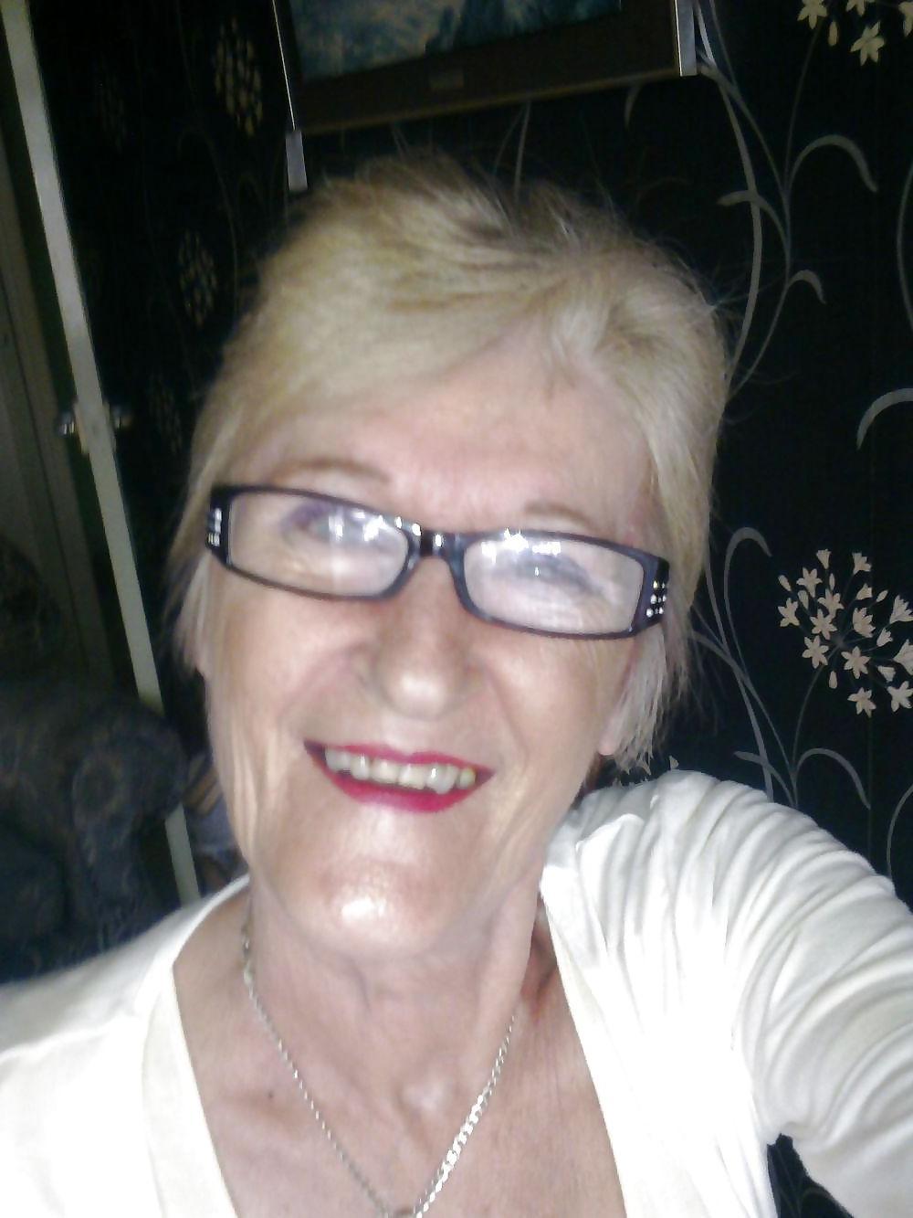 Lekker oudje van 63 uit Limburg kan haar pussy laten spuiten