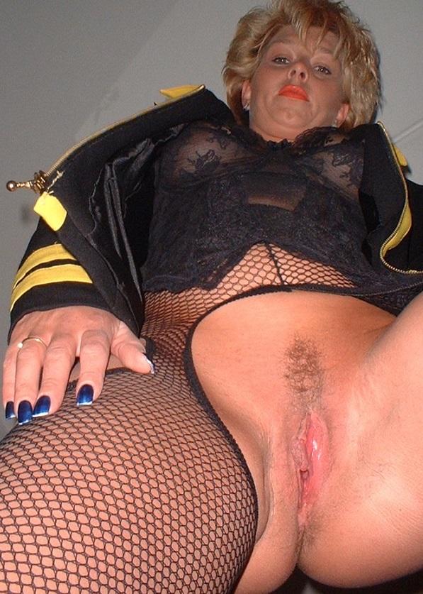 Wulps oudje van 52 uit Groningen ejaculeert vanuit haar pussy